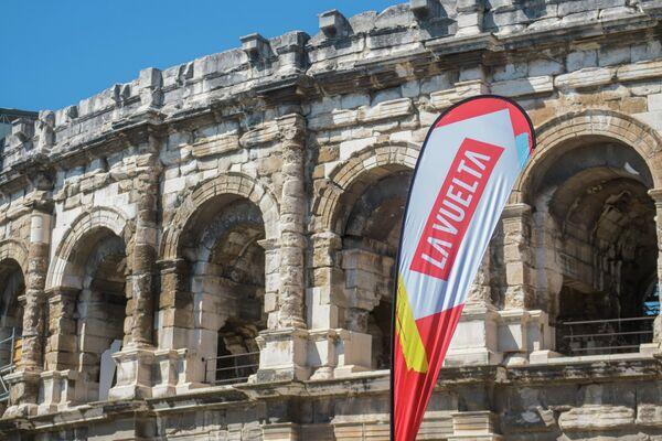 Логотип Вуэльты Испании на фоне Нимского амфитеатра