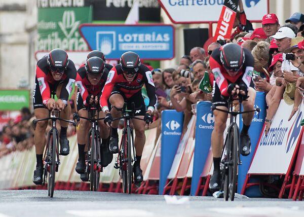 Велогонщики американской команды BMC