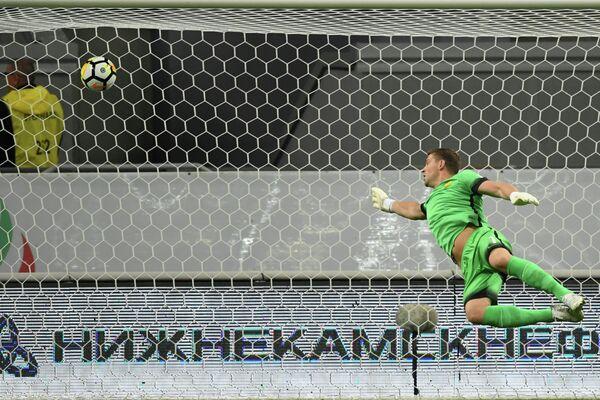 Вратарь Анжи Алексей Солосин пропускает гол в свои ворота