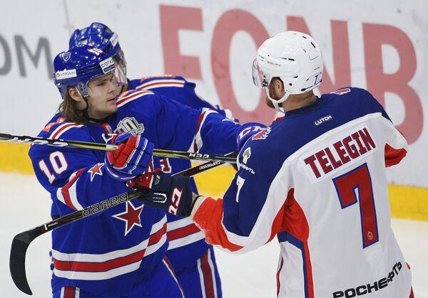 Нападающие СКА Виктор Тихонов (слева) и ЦСКА Иван Телегин