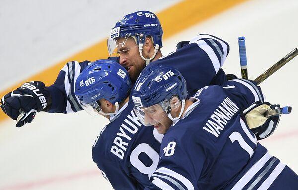 Хоккеисты Динамо Владимир Брюквин и Михаил Варнаков (слева направо)