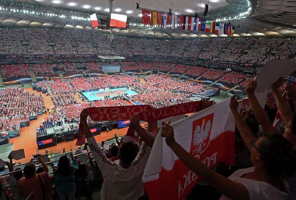 Зрители на матче сборных Польши и Сербии на чемпионате Европы по волейболу