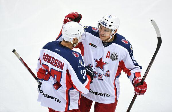 Защитники ПХК ЦСКА Мэт Робинсон и Богдан Киселевич (слева направо)