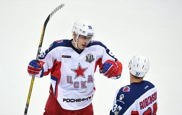 Хоккеисты ЦСКА Андрей Кузьменко (слева) и Мэт Робинсон