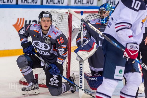 Нападающий тольяттинской Лады Денис Зернов (слева)