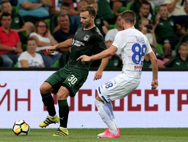 Защитник Краснодара Роман Шишкин (слева) и полузащитник Динамо Александр Ташаев
