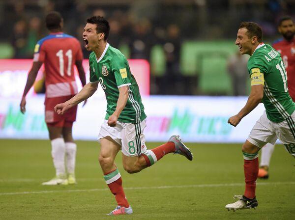 Полузащитник сборной Мексики Ирвинг Лосано (слева) радуется забитому голу