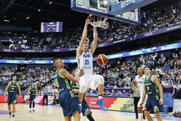 Игровой момент матча группового этапа Евробаскета-2017 между сборными Словении и Финляндии
