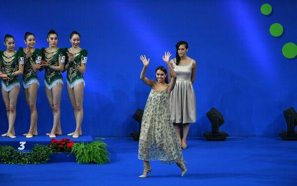 Олимпийская чемпионка по художественной гимнастике Маргарита Мамун (в центре)