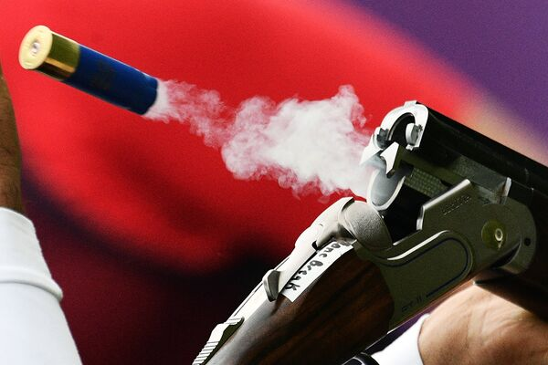 Спортсмен в соревнованиях в дисциплине трап на чемпионате мира по стендовой стрельбе