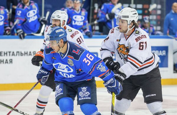 Нападающий Лады Алексей Мастрюков (в центре)