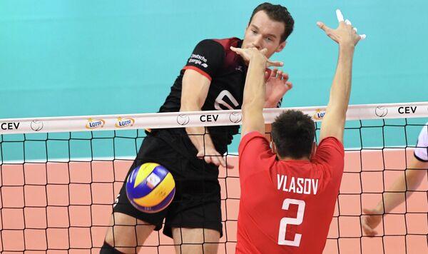 Диагональный сборной Германии по волейболу Денис Калиберда и центральный блокирующий команды России Илья Власов (слева направо)