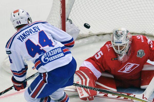 Защитник СКА Егор Яковлев (слева) и вратарь Спартака Маркус Свенссон