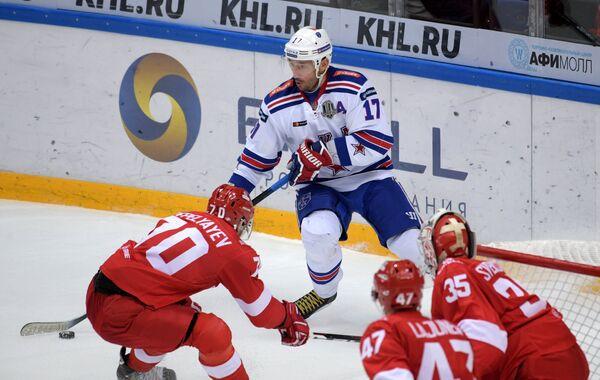 Форвард СКА Илья Ковальчук (на втором плане)
