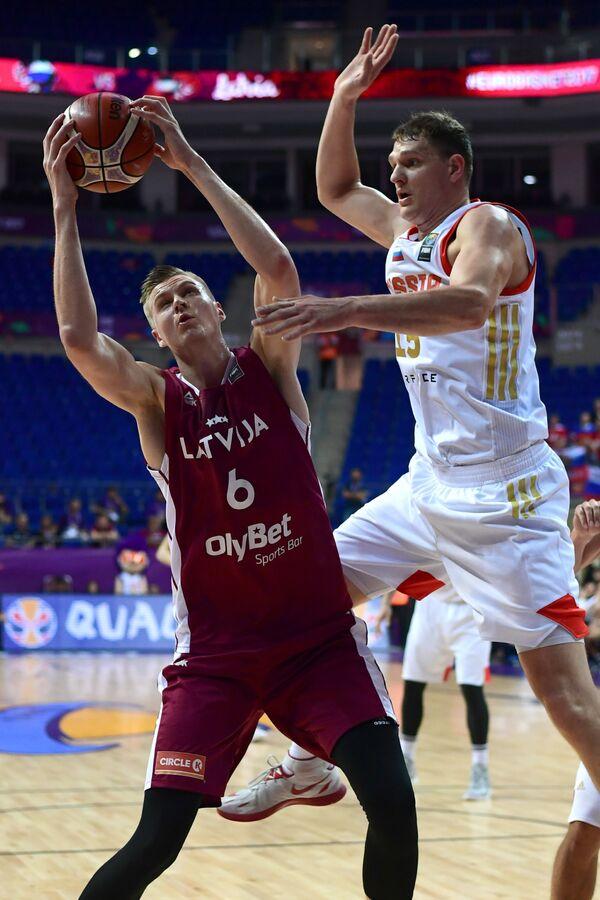Центровой сборной России по баскетболу Тимофей Мозгов (справа)