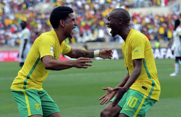Футболисты сборной Южной Африки Киган Долли (слева) и Тулани Сереро радуются голу в ворота сборной Сенегала