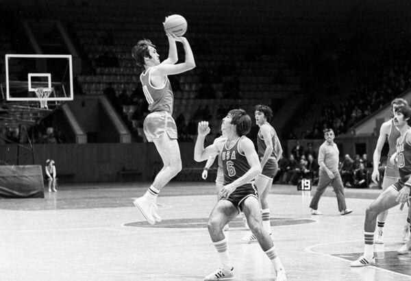 Форвард сборной СССР Александр Белов (с мячом) в матче против команды США