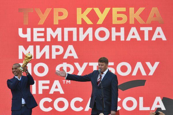 Давид Трезеге (слева) с кубком чемпионата мира по футболу и спортивный комментатор Дмитрий Губерниев