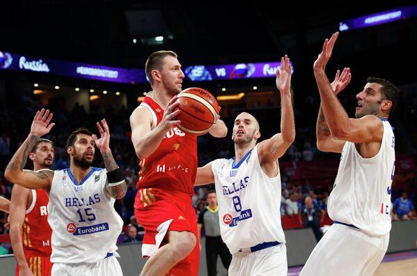 Игровой момент четвертьфинального матча Евробаскета-2017 между сборными России и Греции