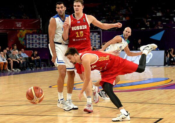 Центровой сборной Греции Яннис Бурусис, баскетболисты сборной России Тимофей Мозгов и Алексей Швед и защитник сборной Греции Ник Калатес (справа налево)