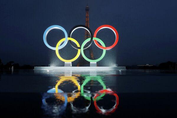 Олимпийские кольца на фоне Эйфелевой башни в Париже