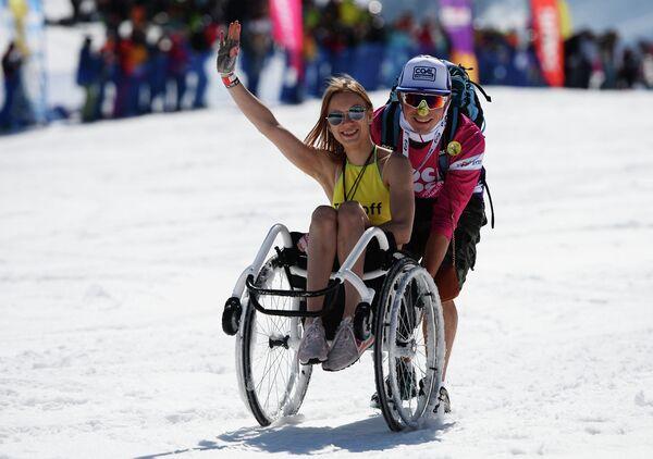 Участники высокогорного карнавала на горнолыжном курорте Роза Хутор в Сочи