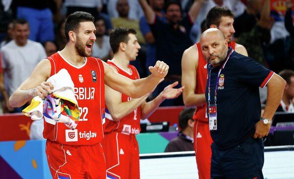 Разыгрывающий сборной Сербии Василье Мичич и главный тренер сербов Саша Джорджевич (слева направо на первом плане)