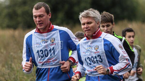 Павел Колобков (справа) и Михаил Дегтярев во время забега в рамках Всероссийского дня бега Кросс Нации-2017