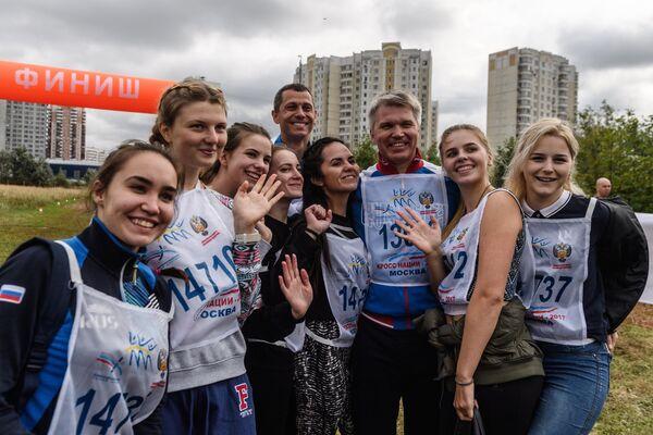 Павел Колобков (третий справа), Юрий Борзаковский (пятый справа) и участницы забега в рамках Всероссийского дня бега Кросс Нации-2017