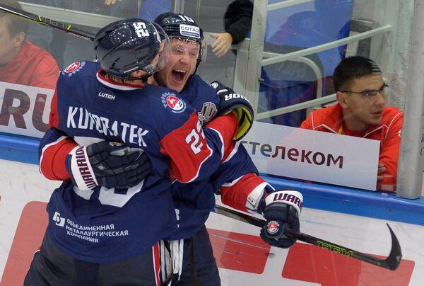 Хоккеисты Торпедо Томаш Кундратек (слева) и Владимир Галузин