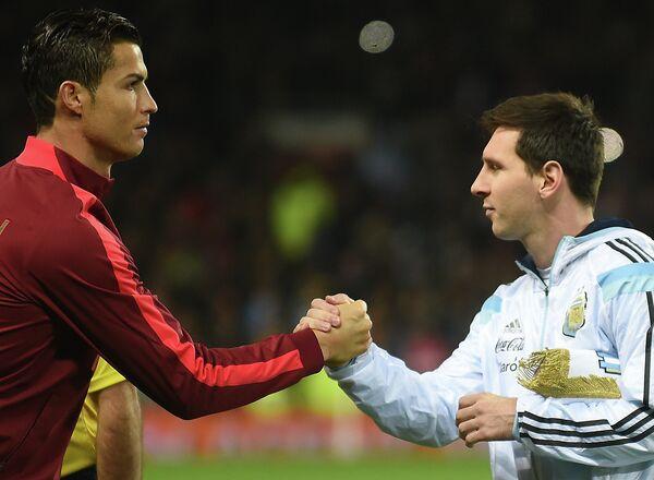 Капитан сборной Португалии Криштиану Роналду (слева) и капитан сборной Аргентины Лионель Месси
