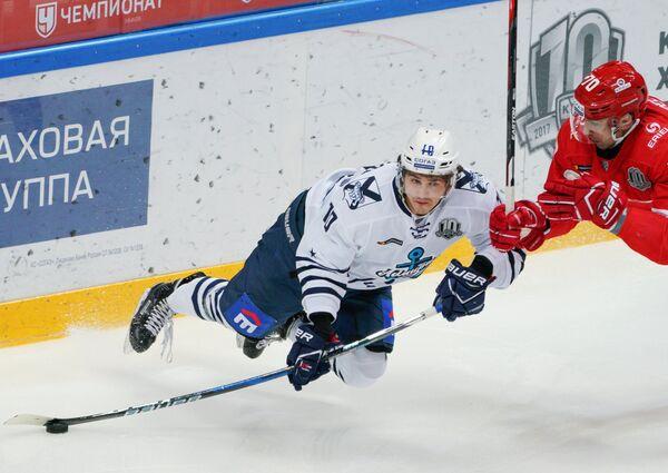 Игрок ХК Адмирал Максим Казаков (слева) и игрок ХК Спартак Алексей Пепеляев