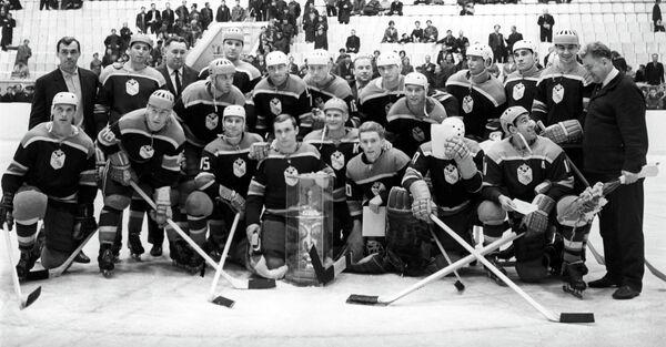 Виктор Толмачев (четвертый слева в нижнем ряду)