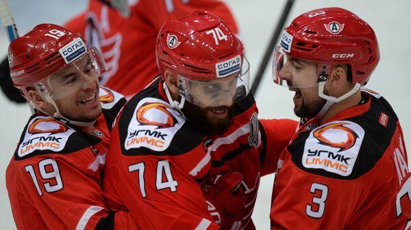 Хоккеисты Автомобилиста Франсис Паре, Дуайт Кинг и Кирилл Лямин (слева направо)