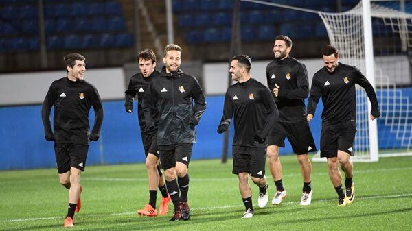Футболисты Реал Сосьедад Ариц Ирибаррия, Серхио Каналес, Жуанми Каллехон (слева направо на первом плане)