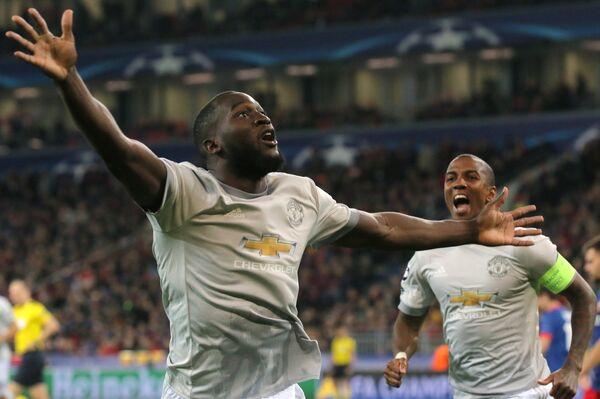 Нападающий Манчестер Юнайтед Ромелу Лукаку и полузащитник Манчестер Юнайтед Эшли Янг (справа)