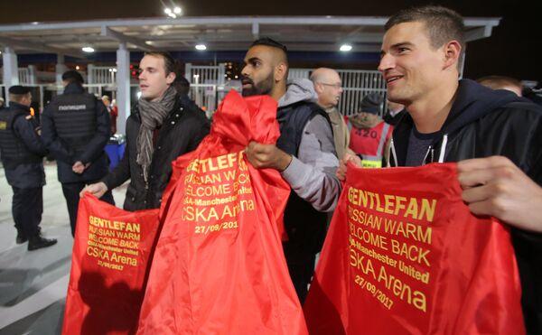 Болельщики во время проведения акции Gentlefan перед началом матча