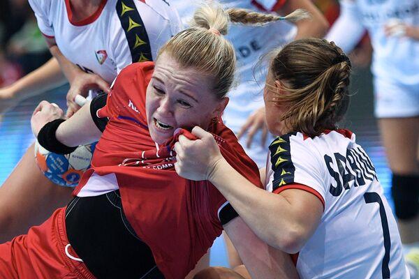 Игрок сборной России Ксения Макеева (слева) и игрок сборной Португалии Бебиана Сабину