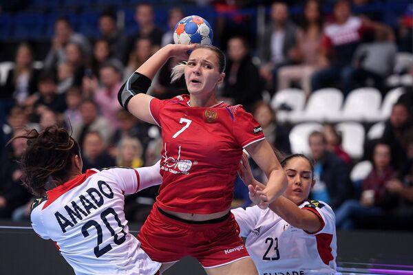 Игрок сборной России Дарья Дмитриева (в центре), игроки сборной Португалии Телма Амаду (слева) и Патрисия Родригес