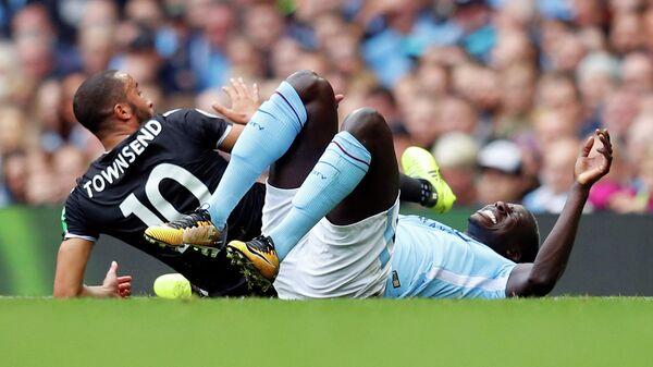 Защитник английского Манчестер Сити Бенжамен Менди (справа)
