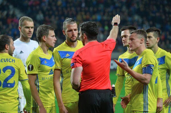 Игроки ФК БАТЭ и главный судья матча Даниэль Стефански (в центре на первом плане)