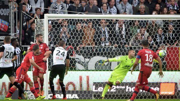 Игровой момент матча чемпионата Франции по футболу Анже - Лион
