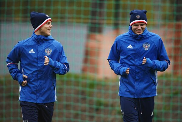 Футболисты сборной России Александр Кокорин (слева) и Дмитрий Тарасов