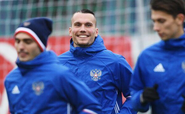 Форвард сборной России по футболу Антон Заболотный (в центре)