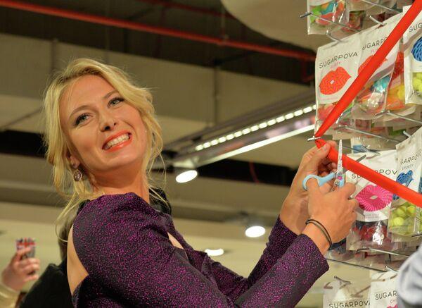 Теннисистка Мария Шарапова представляет конфеты