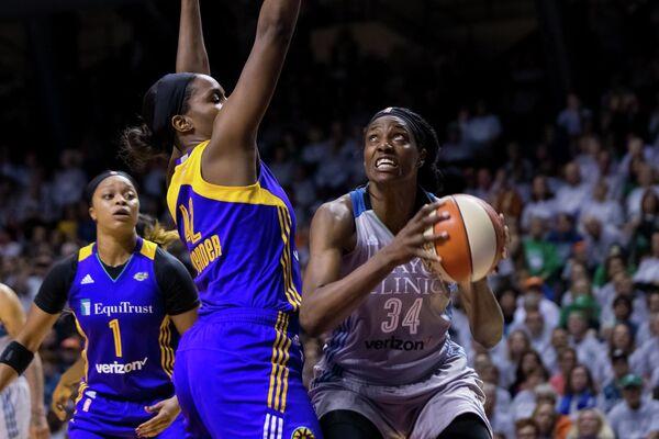 Центровая клуба женской НБА (WNBA) Миннесота Линкс Сильвия Фаулз (справа)