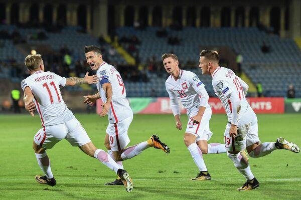 Футболисты сборной Польши поздравляют Роберта Левандовского с забитым мячом