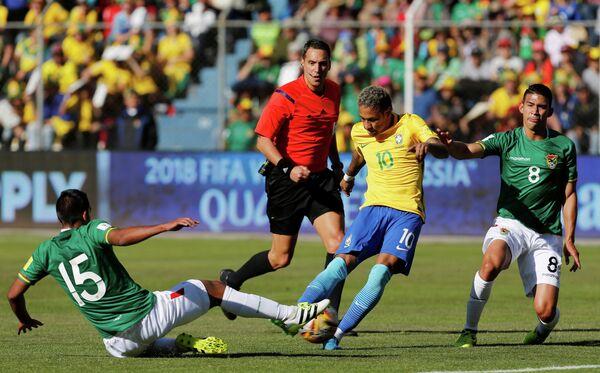 Нападающий сборной Бразилии Неймар (в центре)