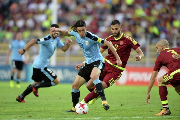 Нападающий сборной Уругвая Эдинсон Кавани (в центре)