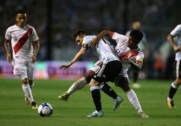 Нападающий сборной Аргентины Лионель Месси (в центре)